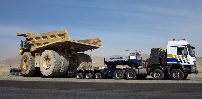 Spektakulärer Transport eines Muldenkippers