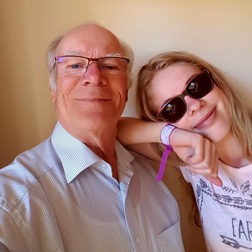 Gruppenselfie: Geburtstagskind Opa Frank mit Enkeltochter Ricarda
