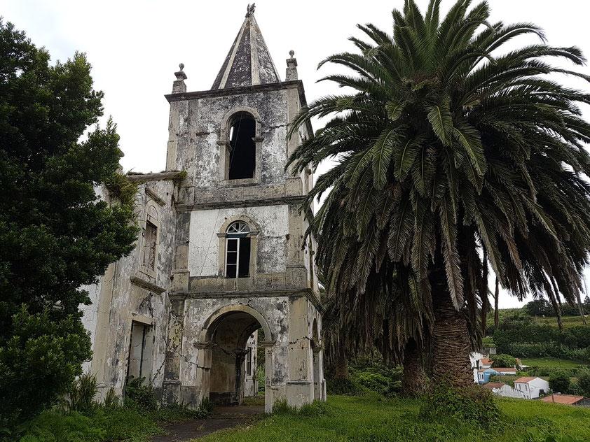 Das Erdbeben am 9. 7. 1998 zerstörte die Kirche Pedro Miguel im gleichnamigen Ort.