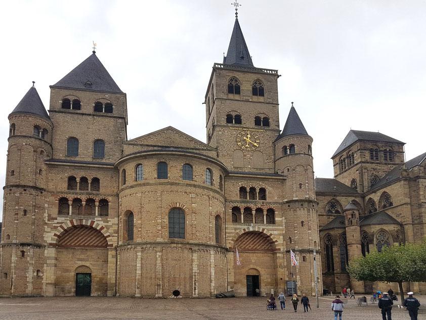 Trier. Hohe Domkirche St. Peter zu Trier (Westwerk), älteste Bischofskirche Deutschlands; rechts die Liebfrauenkirche, ein gotischer Zentralbau