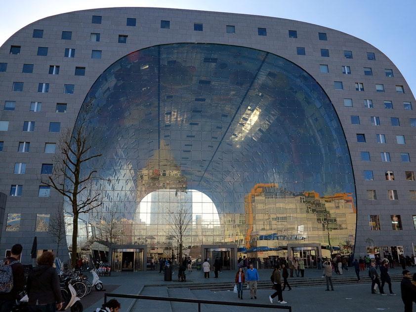 Die Markthal (Markthalle), 2014, Ostseite. Entwurf: Architekt Winy Maas. Erster komplett überdachter Lebensmittelmarkt in den Niederlanden