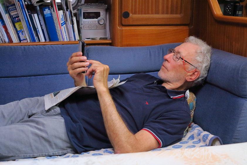 Gerd holt sich die Welt auf sein smartphone und chattet mit seinen Töchtern und Enkeln.