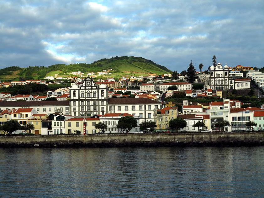 Blick von der Fähre auf Horta, links die Pfarrkirche Igreja do Santíssimo Salvador