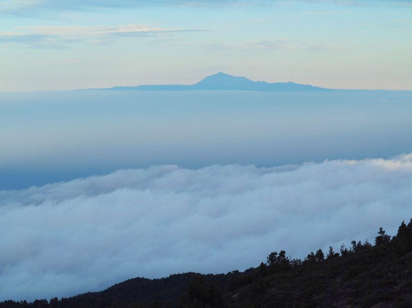 Blick vom Roque de los Muchachos über die Wolken bis zur Nachbarinsel Teneriffa (Entfernung Luftlinie ca. 130 km)