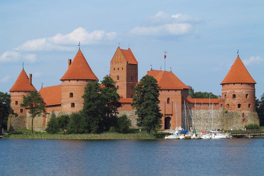 Trakai. Die gotische Wasserburg aus Backsteinen ist das Wahrzeichen des Landes, ehemals großfürstliche Residenz