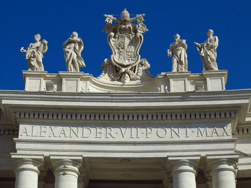 Petersplatz. Heiligenstatuen in einer Größe von je 3,2 Meter auf der Brüstung der Kolonnaden. Der Petersplatz wurde von Gian Lorenzo Bernini zwischen 1656 und 1667 unter Papst Alexander VII. (1655–1667) angelegt.