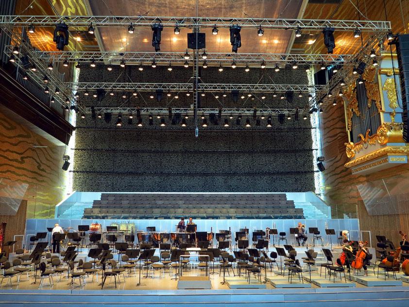 Casa da Música, Großer Saal (Sala Suggia), Blick auf die Orchesterbühne. Die Fensterfront im Hintergrund ist abgedunkelt.