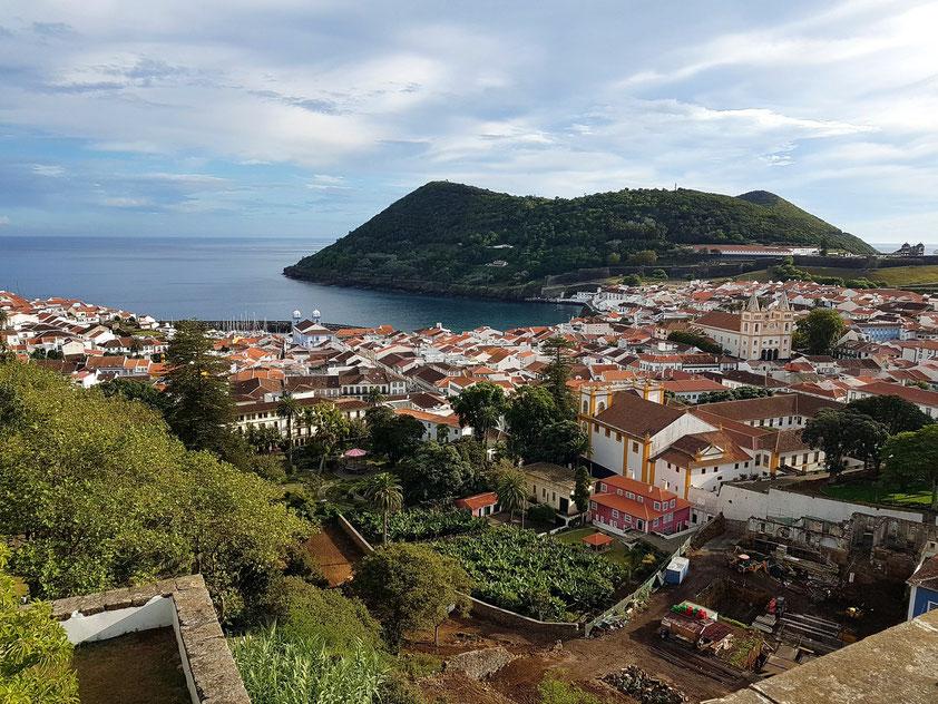 Blick von Alto da Memória auf die Hauptstadt Angra do Heroísmo mit dem 205 m hohen Hausberg Monte Brasil