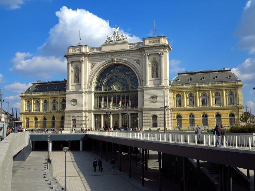 Der Bahnhof Budapest Keleti pályaudvar (Ostbahnhof) ist der wichtigste der drei großen internationalen Bahnhöfe, der von den meisten internationalen Zügen angelaufen wird. Der Kopfbahnhof im Neorenaissancestil wurde in den Jahren 1881 bis 1884 gebaut.