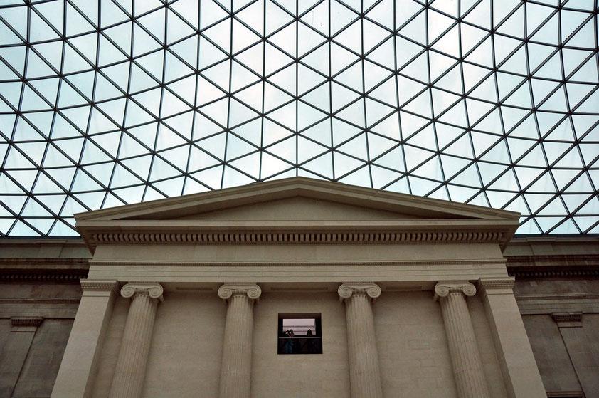 Kuppeldach des British Museum (fertiggestellt 2000). Der Innenhof ist mit 7.100 Quadratmetern Hoffläche der größte überdachte öffentliche Platz in Europa.