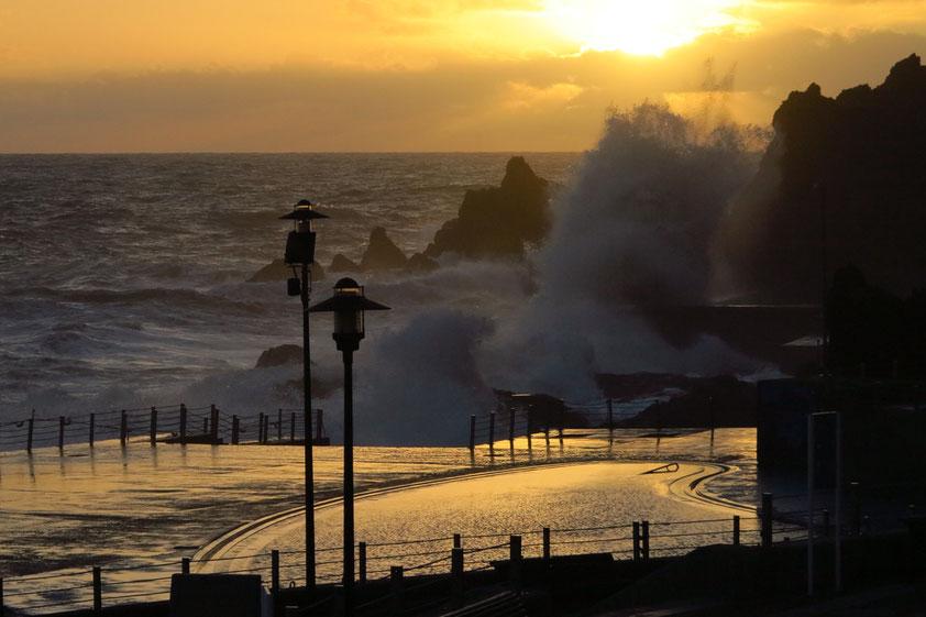 Abendstimmung nach dem Sturm am 11. 12. 2014. Lido der Hotelzone von Funchal