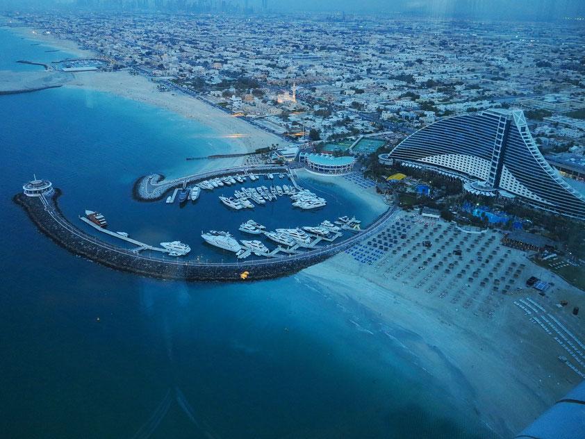 Blick vom Restaurant SkyView auf Yachthafen und Jumeirah Beach Hotel