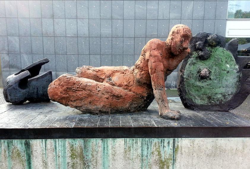 Markus Lüpertz, Der gestürzte Krieger. Bemalte Bronze, aufgestellt Kantstraße, gegenüber dem Theater des Westens