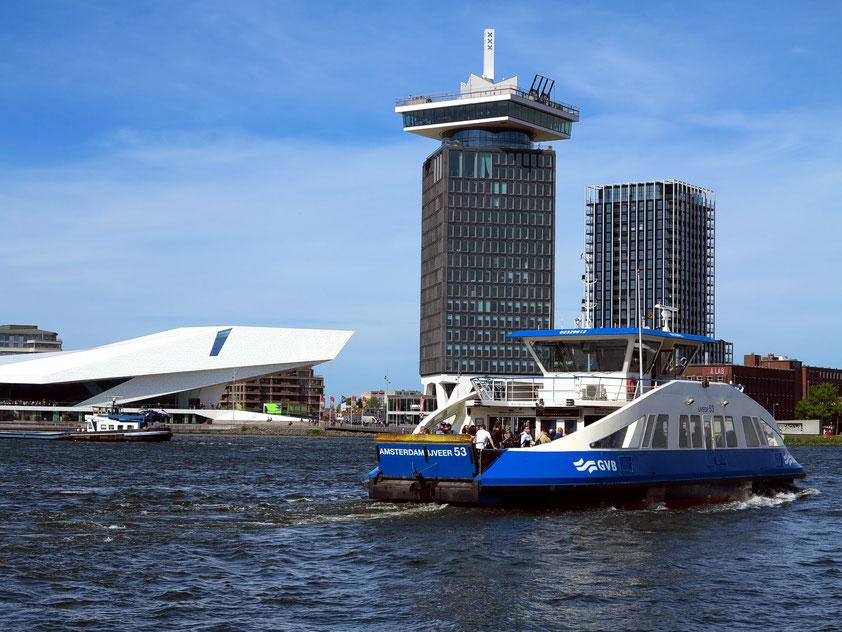 Überfahrt mit der Fähre vom Bahnhof Amsterdam Centraal zum EYE Filmmuseum. Rechts der Shell-Tower mit dem A'DAM Lookout