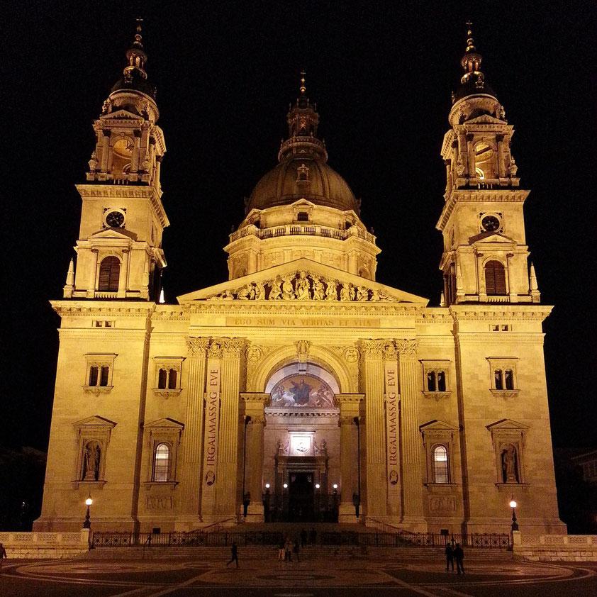 St.-Stephans-Basilika, Portalfront bei Nacht
