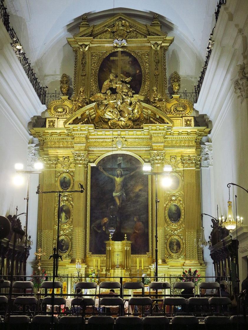 Hauptaltar in der Heilig-Kreuz-Kirche, davor die Stühle für den Chor