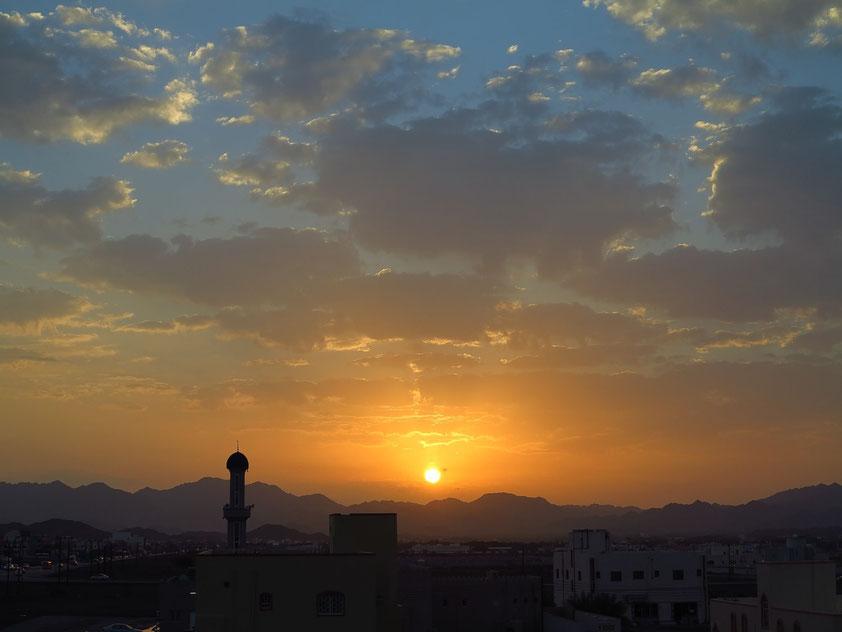 Sonnenaufgang über Bahla. Blick aus dem Jibreen Hotel