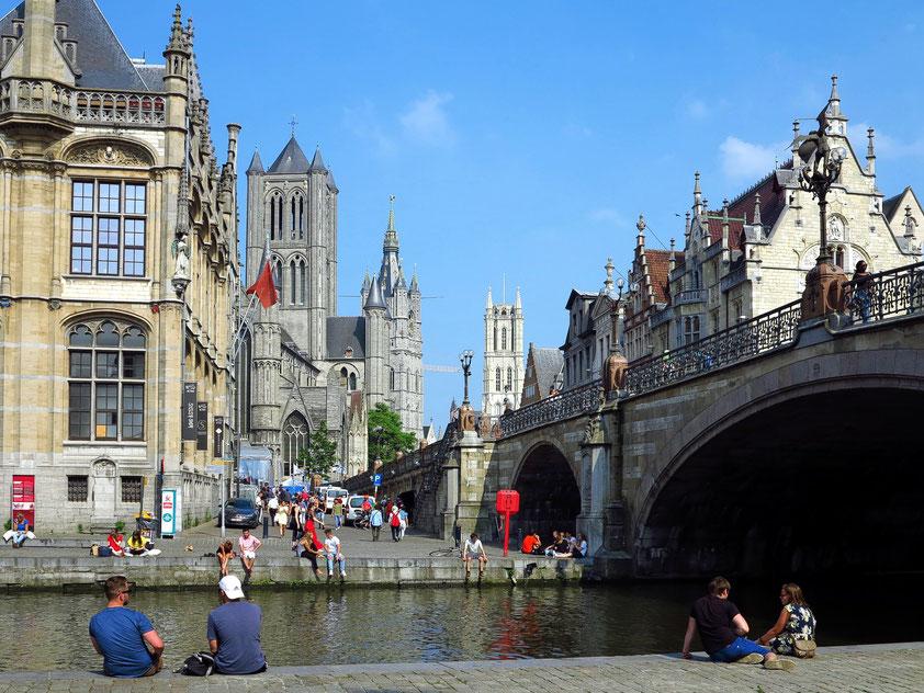 Gent. Blick von der Leie auf Sint-Michielsbrug und auf die Türme von Sint-Niklaaskerk, Belfried und St. Bravo-Kathedrale