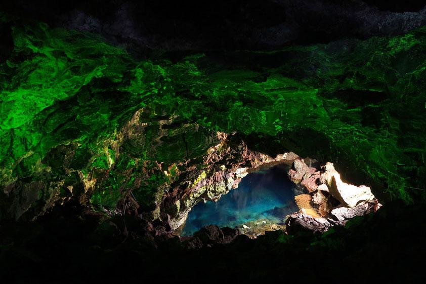 Abends verwandelt sich die Szenerie in ein stimmungsvolles elegantes Nachtlokal. in den sinnlichsten und originellsten Ort der ganzen Insel.
