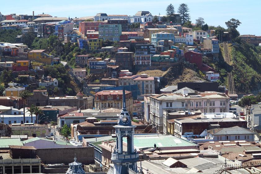 Valparaíso. Blick vom Cerro Alegre auf die einen Hügel der Oberstadt. Erdbeben 2010, Großbrand 2014