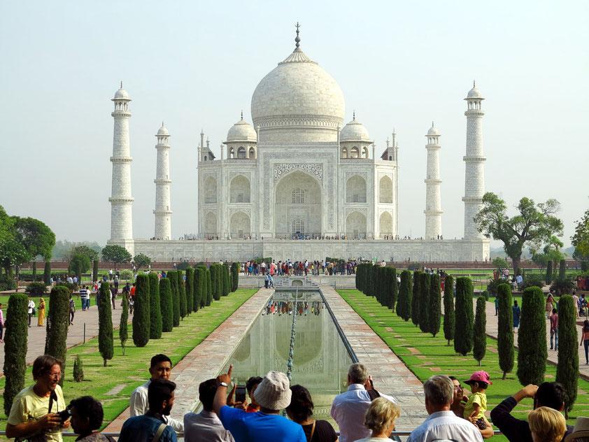 Taj Mahal. Mausoleum aus Marmor im Mogulstil mit Minaretten, Moschee und berühmten symmetrischen Gärten aus dem 17. Jh.