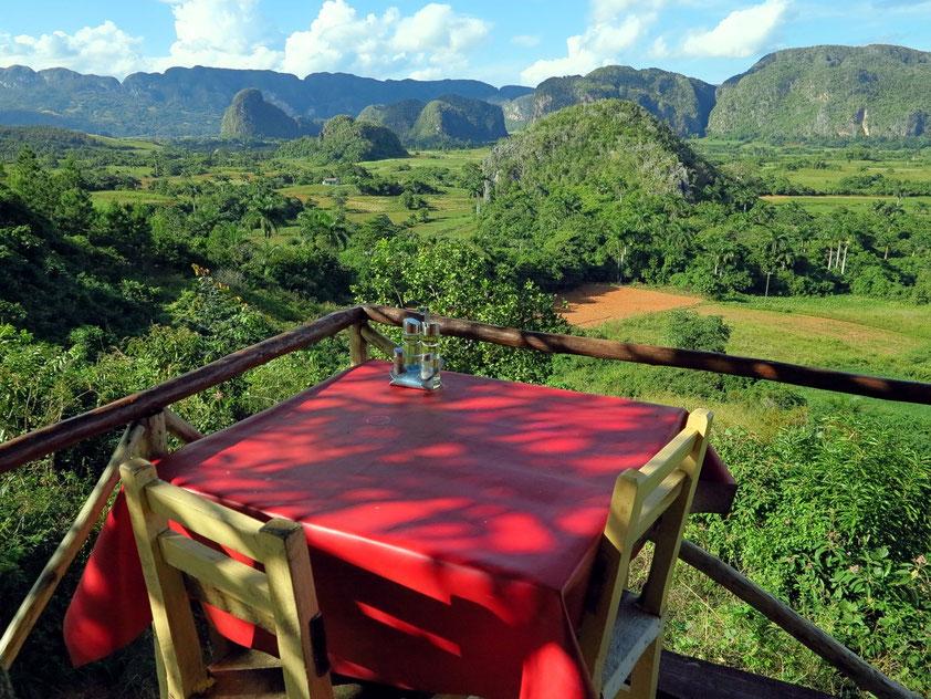 Freiluftrestaurant mit Panoramablick über das Tal von Viñales. Typisch sind die tropischen Kegelkarstberge