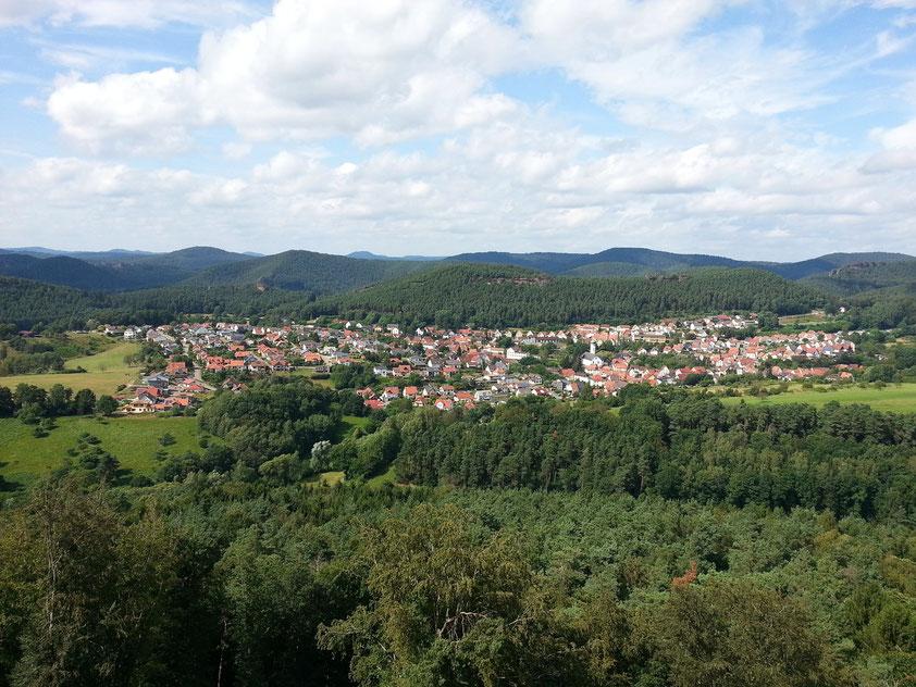 Panoramablick von der Burg Drachenfels auf Busenberg