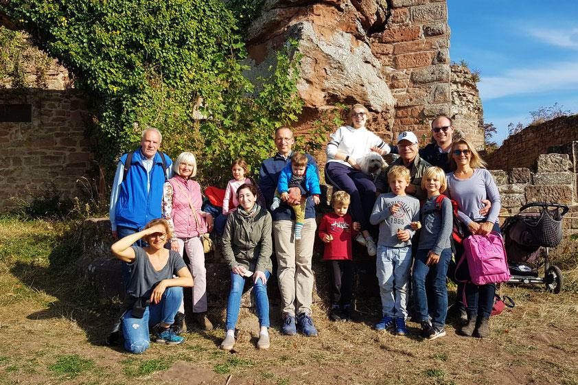 Vor der Ruine Neuscharfeneck: die Familien mit 17 Personen - 3 nicht auf dem Foto (aus 3 Generationen von 14 Monaten bis 77 Jahren)