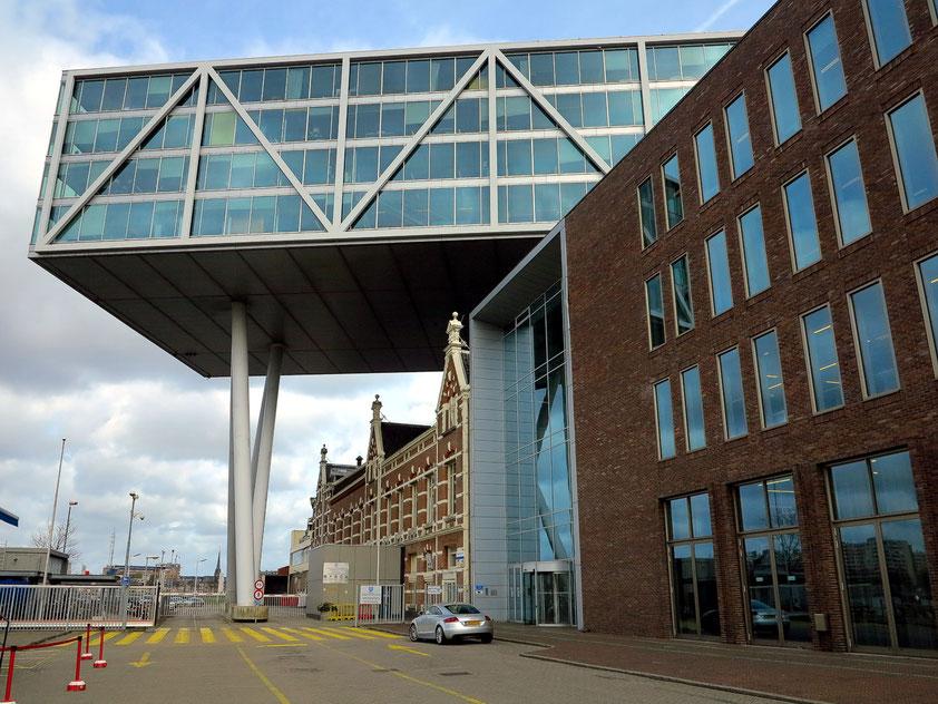 """Das 130 Meter lange Bürogebäude """"schwebt"""" 26 Meter über dem alten Fabrik-Komplex."""