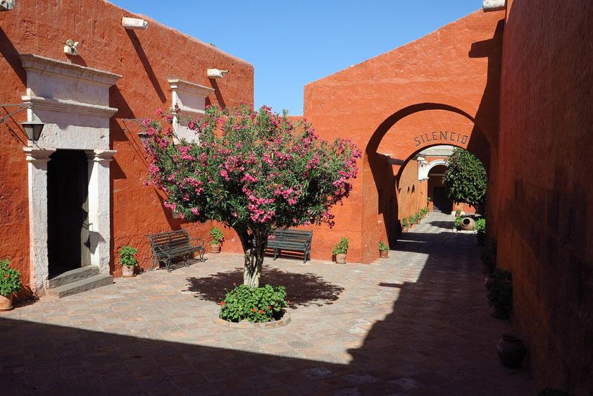 Arequipa. Kloster Santa Catalina von 1579. Die folgenden Bilder der Galerie können als slideshow ablaufen.