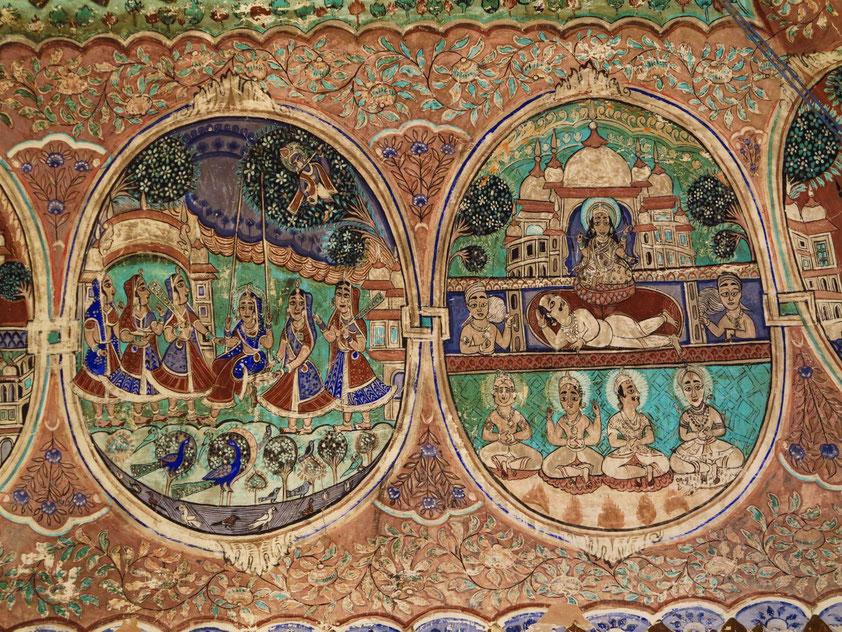 Deckendekoration im Hindutempel Shyam Mandir in Surajgarh