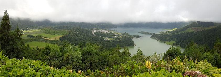 Sete Cidades, Blick vom Aussichtspunkt Miradouro da Vista do Rei, Rand der Caldeira in Wolken