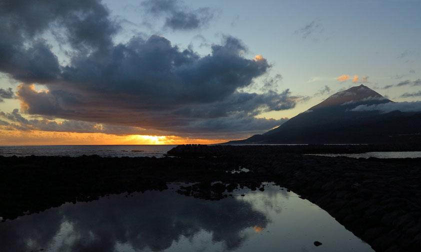 Sonnenuntergang. Blick vom Hafen von Lajes do Pico nach Westen zum Vulkan Ponta do Pico