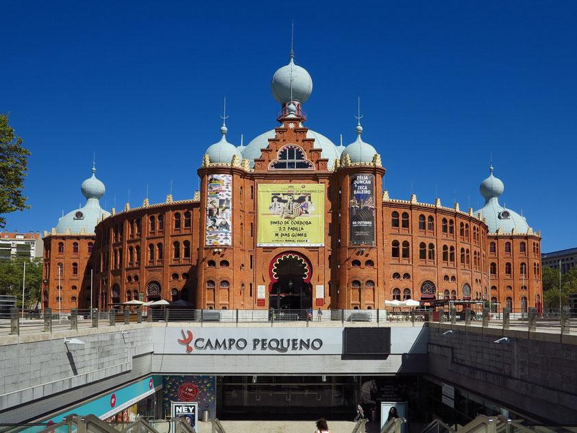 """Am Platz """"Campo Pequeno"""" befindet sich seit 1892 eine große im neo-arabischen Stil erbaute Stierkampfarena. Gleichzeitig wird sie neben den Stierkampfdarbietungen unterirdisch als modernes Shoppingcenter genutzt."""