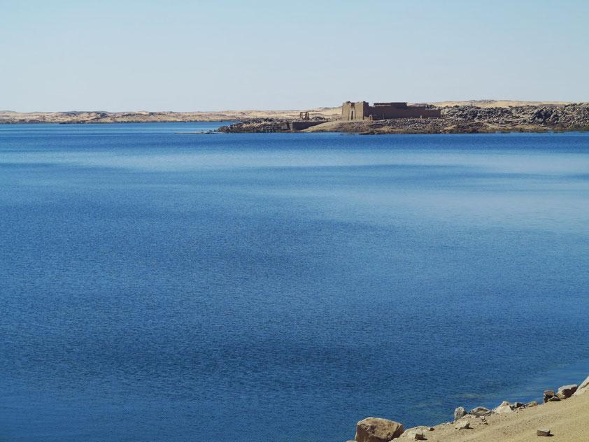 Blick vom Assuan-Hochstaudamm nach Südwesten auf den Nassersee und den Kalabscha-Tempel
