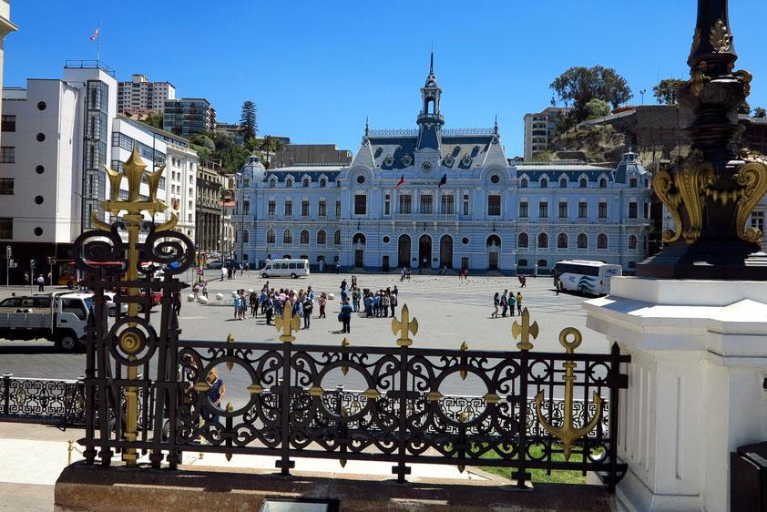 Valparaíso. Plaza Sotomayor mit dem Gebäude Armada de Chile
