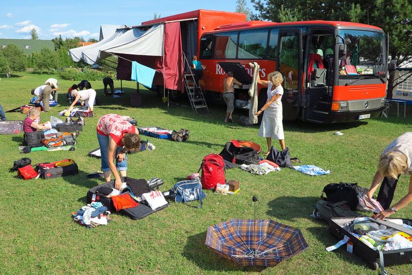 Auf dem Campingspaltz Antanas in Trakai/Litauen ist wieder Kofferausgabe, die Drei-Tage-Tasche wird umgepackt.