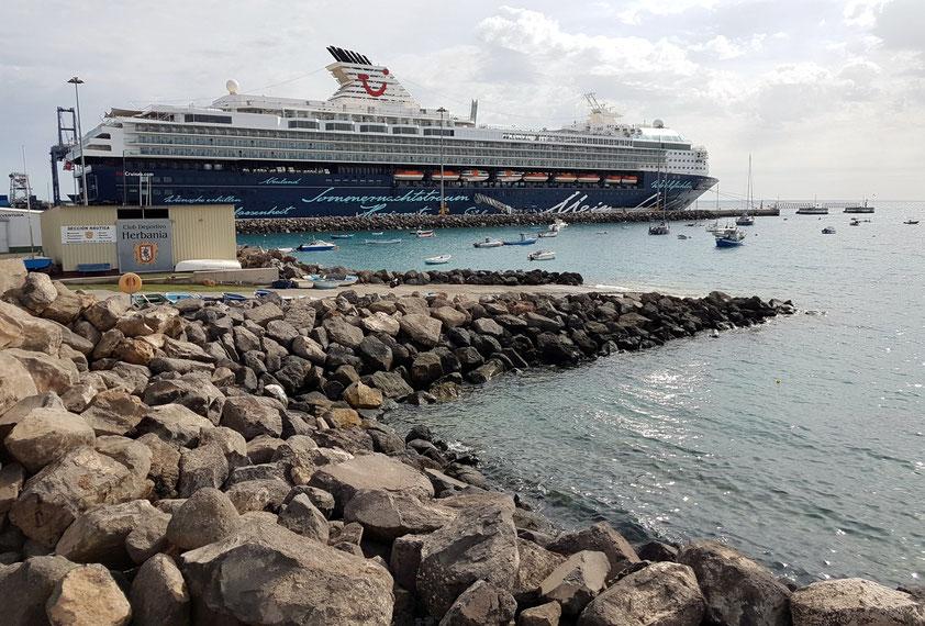 """""""Mein Schiff 2"""" im Hafen von Puerto del Rosario"""