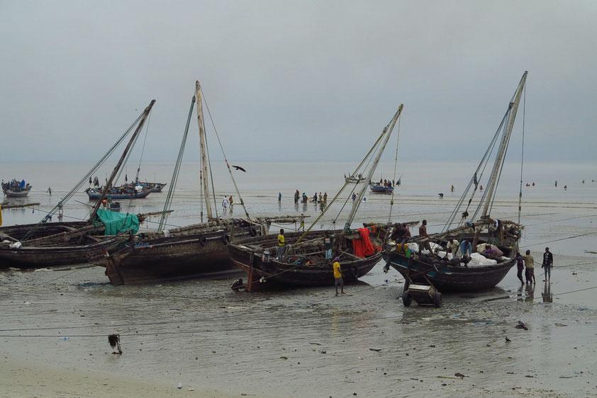 Dhau-Fischerboote am Strand von Bagamoyo