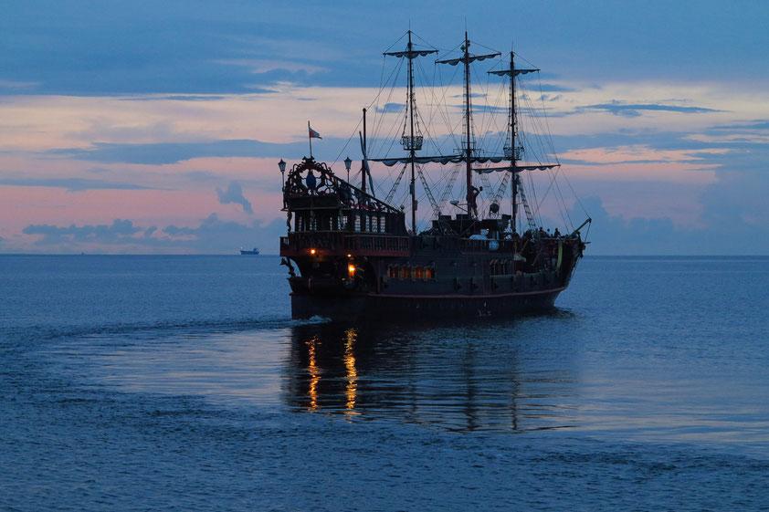 Piratenschiff vor der Seebrücke von Sopot