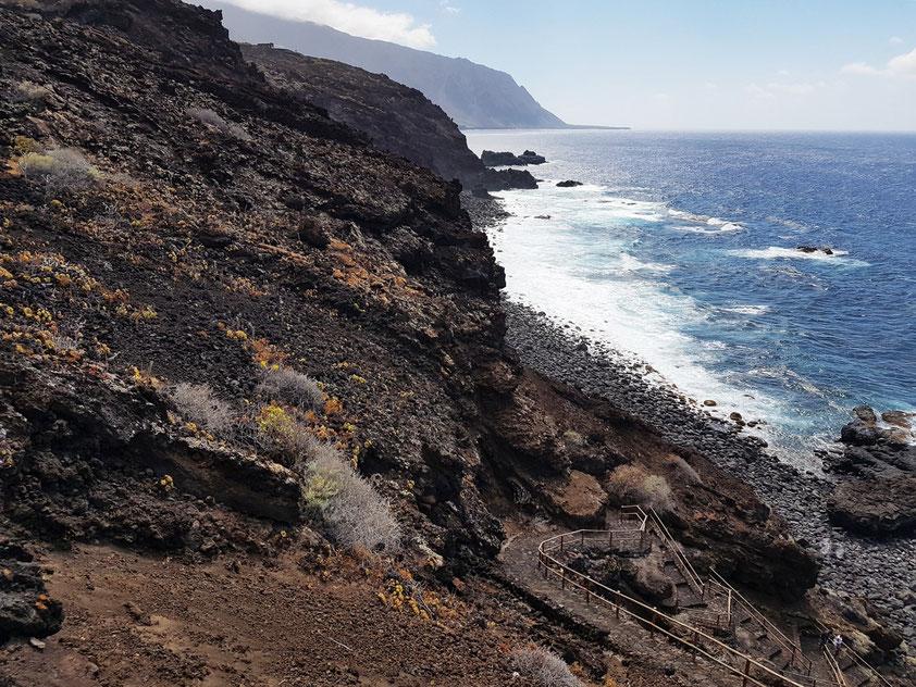 Steilküste mit Abstieg zum Charco Azul. Links oben auf den Klippen die Casa Gabriella Primavera