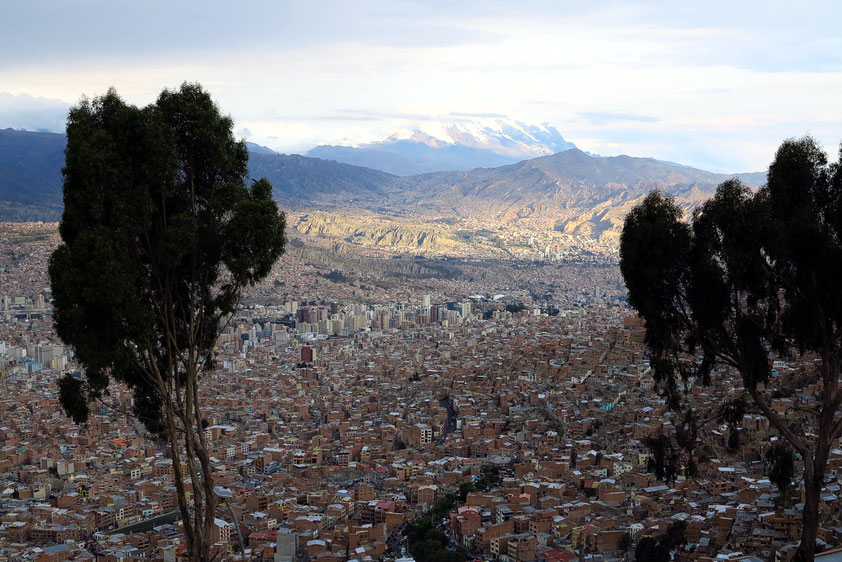 Blick von der Abbruchkante des Altiplano auf La Paz, dem Regierungssitz von Bolivien, im Hintergrund der schneebedeckte Illimani (6 438 m)