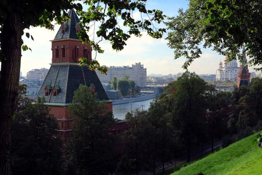 Blick vom Kreml auf die Moskwa, rechts im Hintergrund die Christi-Erlöser-Kathedrale