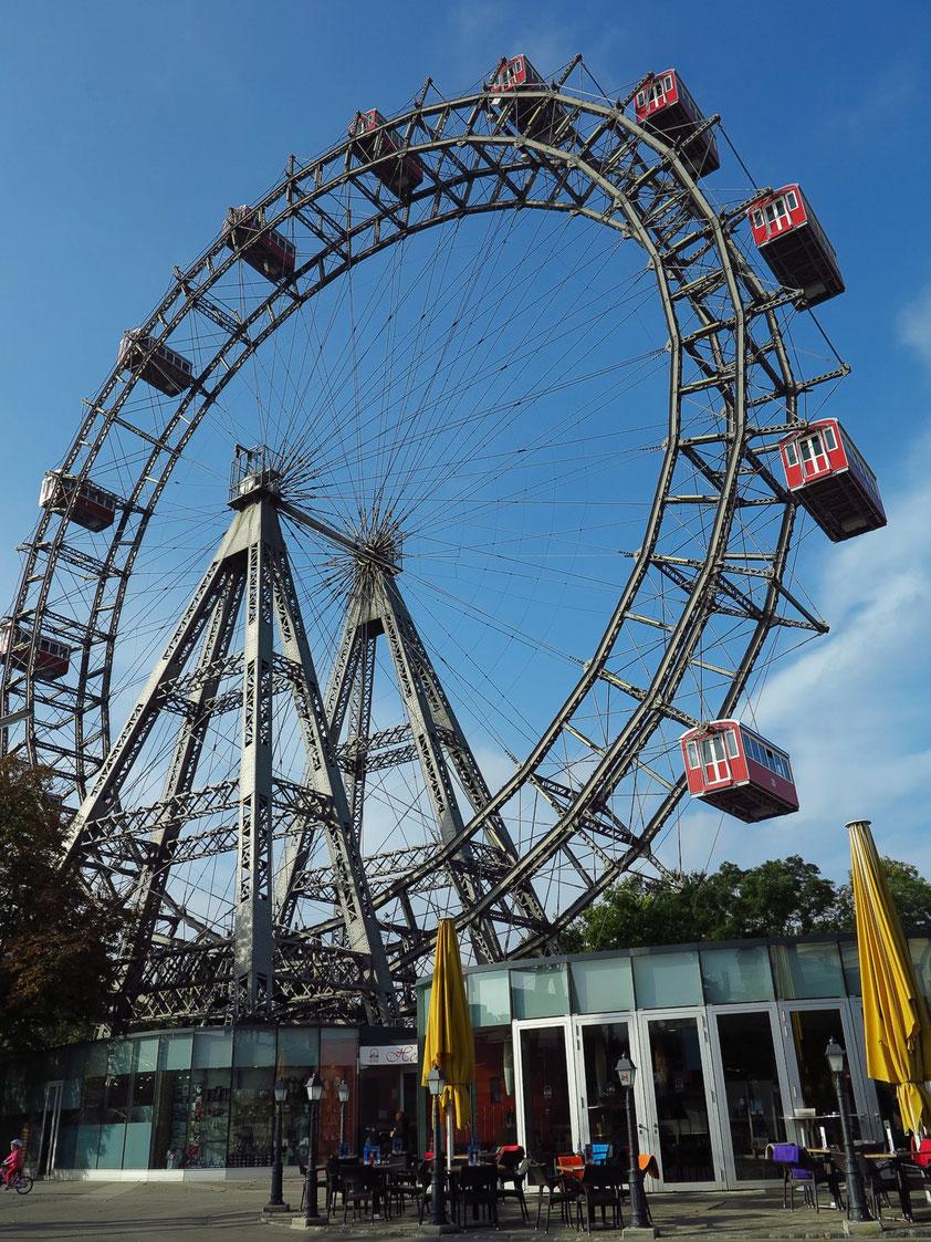 Riesenrad im Prater,  ein Wahrzeichen Wiens. Es wurde 1897 zur Feier des 50. Thronjubiläums Kaiser Franz Josephs I. errichtet.