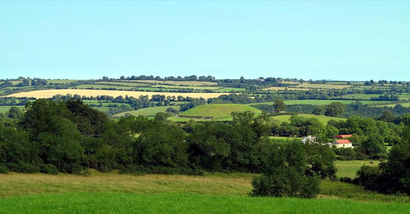 Blick vom Haupthügel von Knowth nach Südosten zum 1 km entfernten Hügelgrab Newgrange