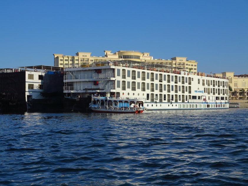 Beginn der Felukenfahrt mit Blick auf die Solaris II und das Helnan Aswan Hotel