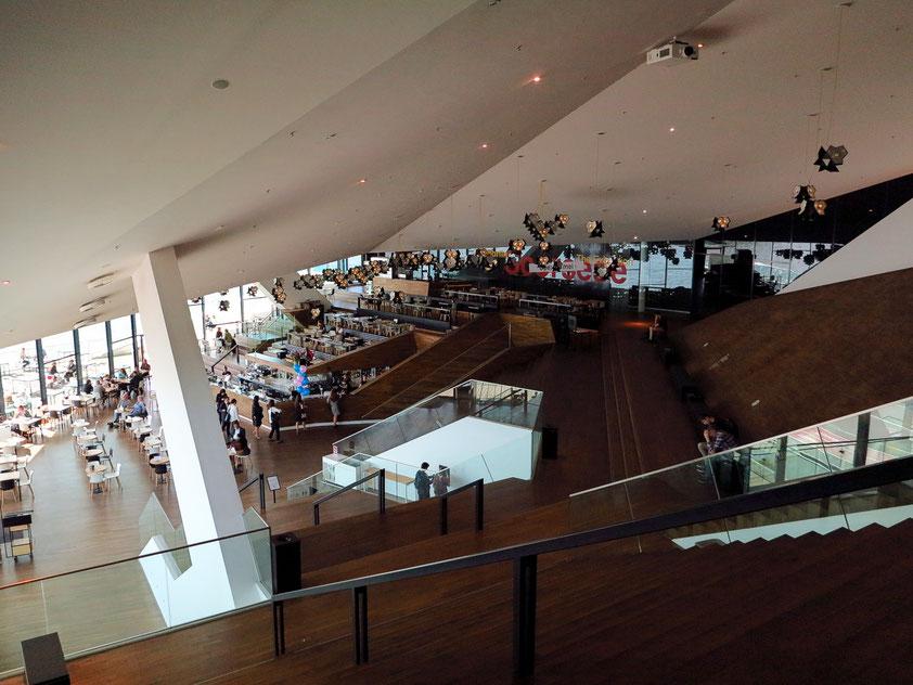 Die Piazza im EYE Filmmuseum. Deckenstrahler des dänischen Künstlers Olafur Eliasson