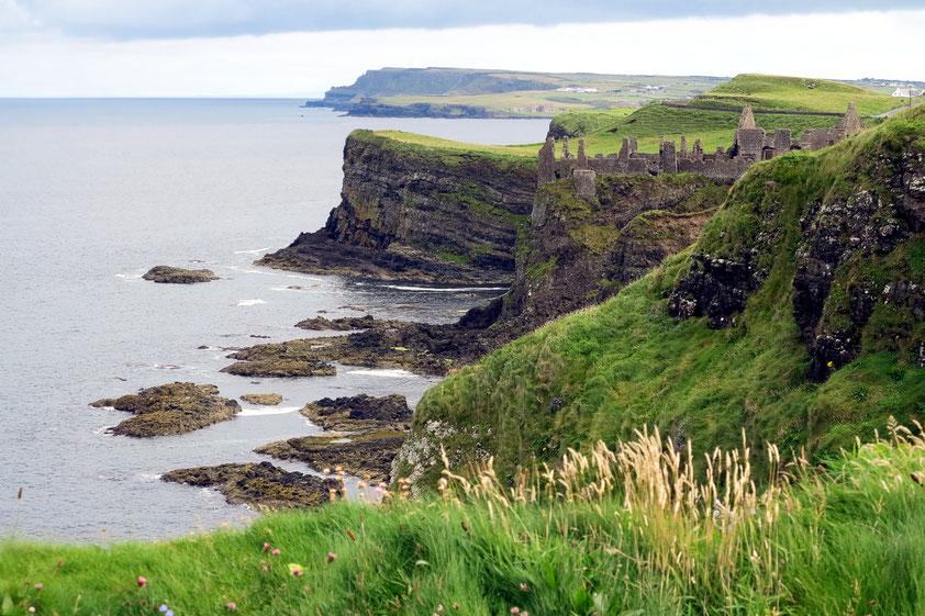 Dunluce Castle, eine der größten Ruinen einer mittelalterlichen Burg in Irland (Nordirland)