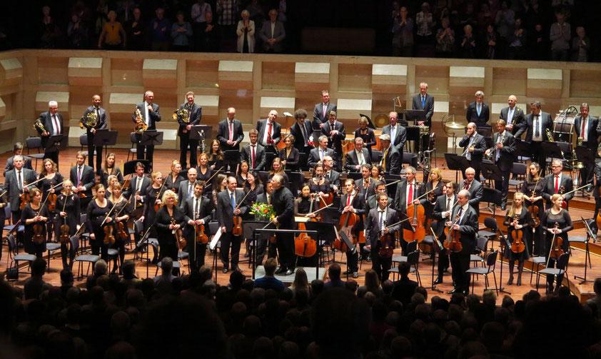 Applaus für das Philharmonische Orchester Rotterdam und seinen Dirigenten Sir Mark Elder