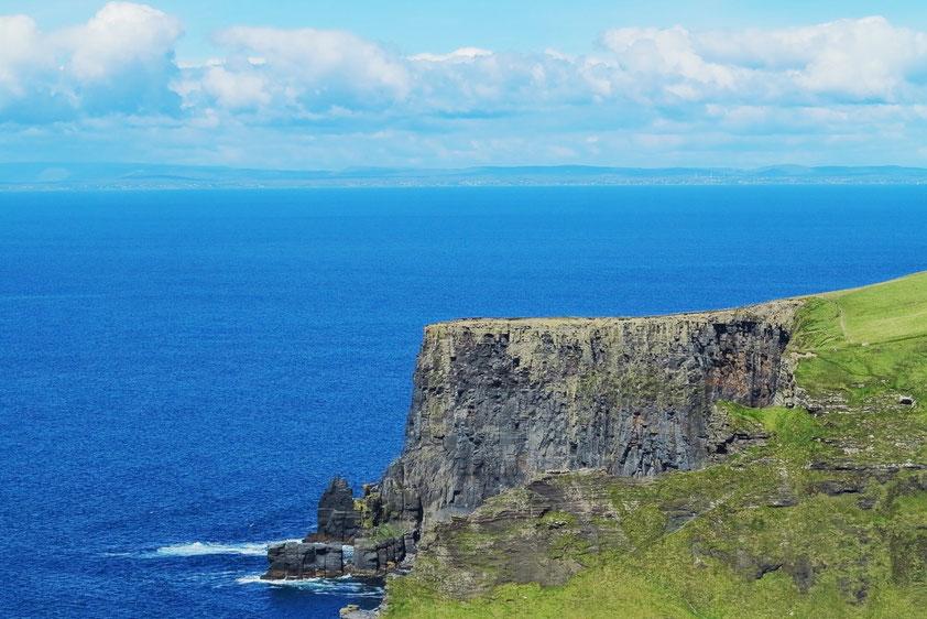 Cliffs of Moher, im Hintergrund die Küste bei Galway